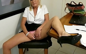 Sneeking in an Office Orgasm